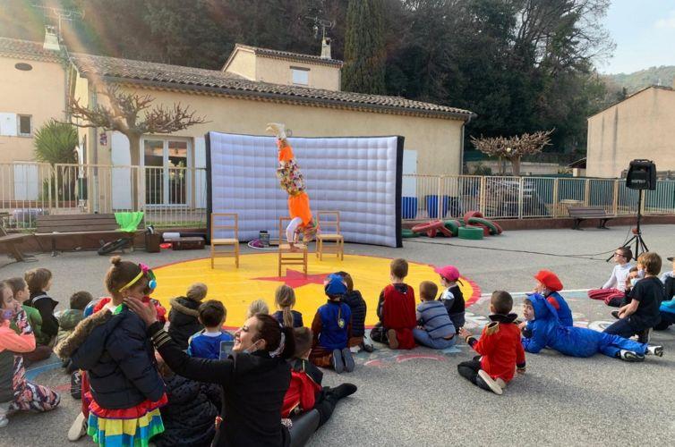 """Spectacle """"Crazy Circus"""" au centre de loisirs d'Auribeau"""